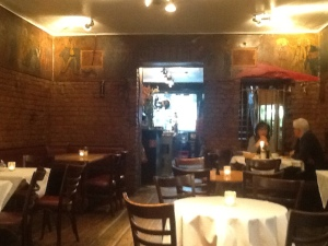 Schwarzes Café unten, Blick nach vorne